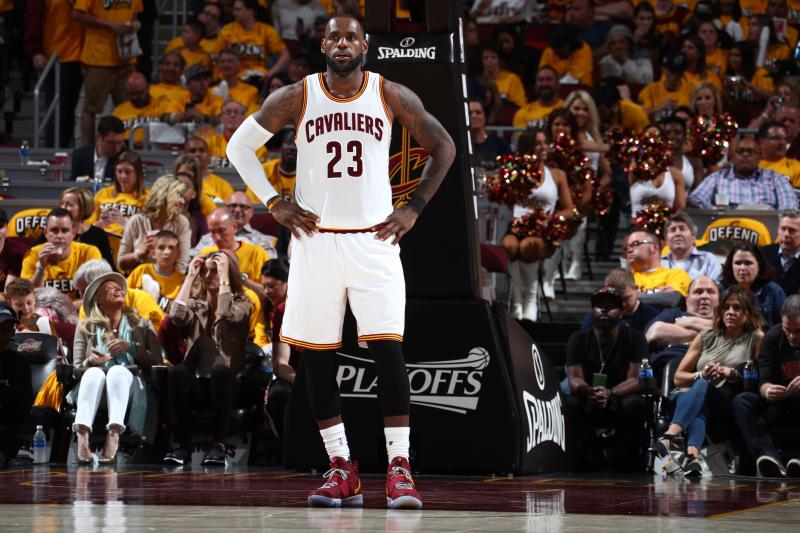 LeBron James a 28 puntos de superar a Michael Jordan