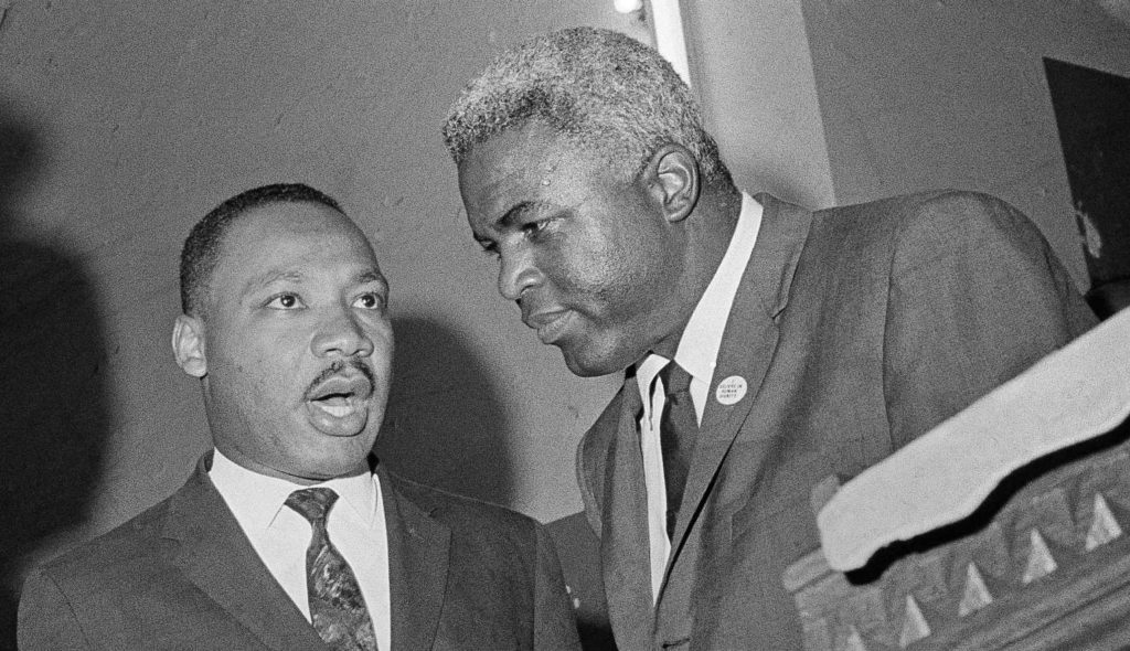 Jackie Robinson junto a Matin Luther King.
